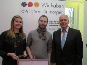 Tina Steiger und Paul Raupbach (HCU Studierende) mit Dr.-Ing. Walter Pelka, Präsident der HCU, bei der Preisverleihung (Foto: Jost Backhaus)