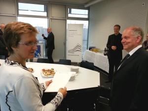 Dr. Iris Beuerle bei der Übergabe der Promotionsurkunde mit Dr.-Ing. Walter Pelka