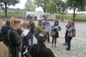 Herr Hügle erläutert anhand einer Skizze die Sichtachse vom Gedenkort zum ehemligen Hannoverschen Bahnhof