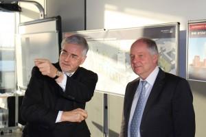 Prof. Jürgen Bruns-Berentelg erläutert Dr.-Ing. Walter Pelka die östliche Erweiterung der HafenCity