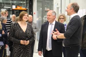Senatorin Katharina Fegebank und HCU-Präsident Dr.-Ing. Walter Pelka erhalten von Prof. Martin Wickel Erläuterungen zu den ausgestellten Projekten