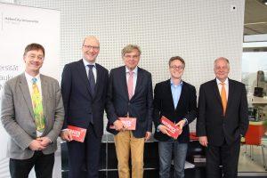 HCU Präsident Dr.-Ing. Walter Pelka (re.) mit Förderern sowie Vizepräsident Prof. Harald Sternberg (li.)